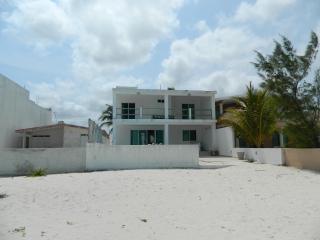 casa frente al mar con piscina preciosa playa bicicletas gratis - Chicxulub vacation rentals