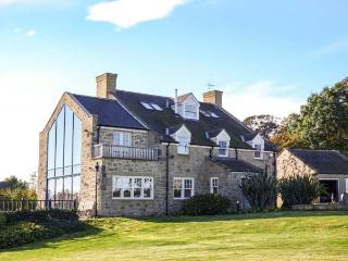 SHEPHERDS COTTAGE, detached luxury family cottage, pet-friendly, WiFi, large garden, near Belford, Ref 914052 - Warkworth vacation rentals