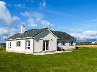 RADHARC NA FARRAIGE, detached bungalow, Jacuzzi bath, pet-friendly, near Bunmahon, Ref 915311 - Bunmahon vacation rentals