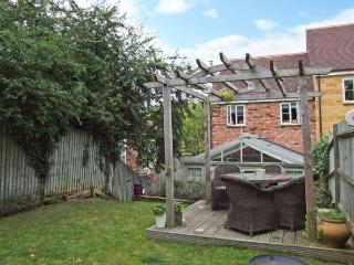 HONEYSUCKLE COTTAGE, pet-friendly cottage with woodburner, enclosed garden, close walks, near Evesham Ref 917470 - Evesham vacation rentals