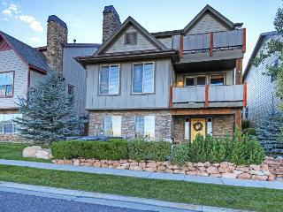 Townhouse w/ hot tub, shared pool, & access to Bear Hollow clubhouse! - Park City vacation rentals