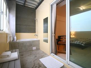 En-suite Double Bedroom 30secs to MRT, Kaohsiung - Tainan vacation rentals
