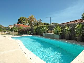 EXECUTIVE 5 BEDROOM 3 BATHROOM HOME WITH POOL WIFI - Mullaloo vacation rentals
