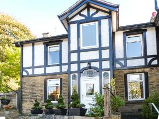MAGPIE COTTAGE, elevated cottage, scenic views, deck, woodburner, close National Parks, Holmfirth Ref 916590 - West Yorkshire vacation rentals