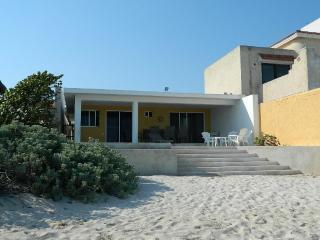 CASA MLL.PRECIOSA CASA FRENTE AL MAR CON HABITACIONES BIEN ILUMINADAS Y PISCINA. - Chicxulub vacation rentals