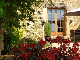 Close to Sarlat, barn conversion, pool, views, large gardens great location WIFI - Sarlat-la-Canéda vacation rentals
