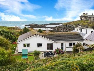 THE BEACH HOUSE, ground floor, detached cottage, hot tub, woodburner, Smart TV, sea views, in Trearddur Bay, Ref 914927 - Trearddur Bay vacation rentals
