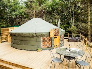 THE ROWAN YURT, wonderful romantic retreat, woodburner, hot tub, shared swimming pool, in Hepworth, Ref 917044 - Holmfirth vacation rentals