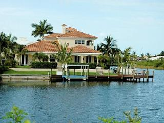 Gorgeous luxury villa-5 bedrooms-Yacht dockage-Boat lift-Private pool-Submerged bar-Pet friendly - Matlacha vacation rentals