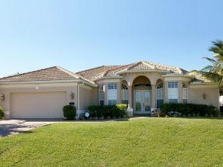 Cape Coral villa includes 3 stunning bedrooms- Beautiful swimming pool- BBQ- Pet friendly - Cape Coral vacation rentals