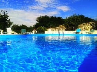 """Trulli Beltramonto con piscina """"casa rocaille"""" - Locorotondo vacation rentals"""