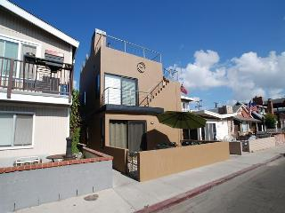 Contemporary Beach House Walk to the Beach! Amazing Rooftop Deck! (68220) - Newport Beach vacation rentals