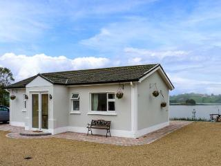 MILLTOWN COTTAGE, all ground floor, multi-fuel stove, WiFi, private jetty and boat on lough, near Shercock, Ref 905728 - Castleblaney vacation rentals