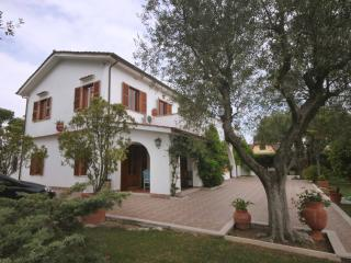 Beautiful Villa in Tor San Lorenzo with A/C, sleeps 10 - Tor San Lorenzo vacation rentals