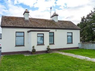 DARBYS COTTAGE, detached, single-storey, multi-fuel stove, near Shrule and Ballinrobe, Ref 916226 - Kilmaine vacation rentals