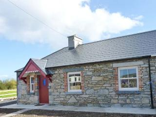 AGGIE'S COTTAGE, solid fuel stove, all ground floor cottage, great touring base near Ballycastle, Ref. 917099 - Ballycastle vacation rentals