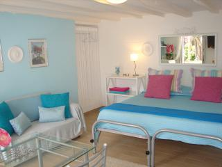 Cozy studio with pool, great location, walk to Fx - Funchal vacation rentals