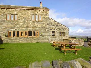 UPPER PEAKS COTTAGE, detached, 17th century, woodburner, character features - Meltham vacation rentals