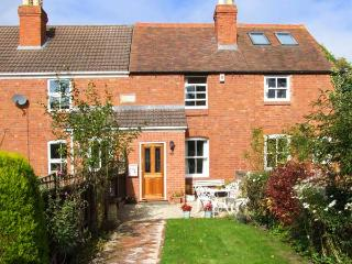 LITTLE NOO, charming terraced cottage, gardens, close to amenities, near Gloucester, Ref 917153 - Gloucestershire vacation rentals