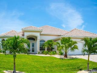 Wonderfully designed 3 Bedroom Villa with Private Pool & Spa. Lovely gardens and patio area - Cape Coral vacation rentals