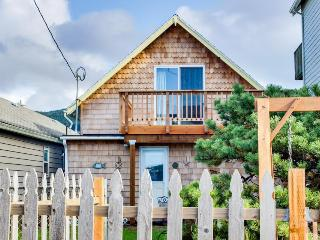 Pet-friendly cottage w/ hot tub, close to the beach! - Rockaway Beach vacation rentals