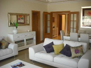 2 BEDROOM APARTMENT FOR 6 IN A RESORT WITH POOL, TENNIS COURTS AND GOLF JUST A 5 MINUTE DRIVE FROM T - Quinta do Lago vacation rentals
