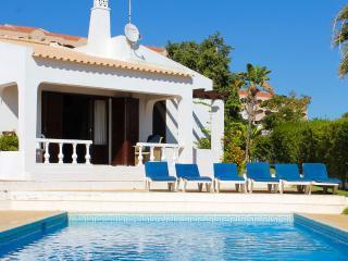 Villa Rodrigues V3_37, com piscina privada, a 200m da Praia da Galé, Albufeira. - Albufeira vacation rentals