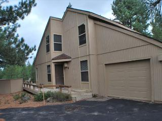 Newly remodeled, Private Hot Tub, 10 Unlimited SHARC Passes, great location - Sunriver vacation rentals
