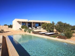 Bright 4 bedroom Es Cap de Barbaria House with Internet Access - Es Cap de Barbaria vacation rentals