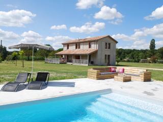 Adorable 4 bedroom Saint-Etienne-de-Villereal Villa with Deck - Saint-Etienne-de-Villereal vacation rentals