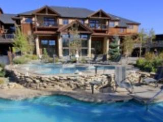 view of lodge and outdoor pools - 2 BDRM Ski In/Out Luxury-SPA-POOLS-FUN Sleeps 8 - Breckenridge - rentals