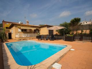 Three-bedroom villa in Mas Borras with a private, secure pool, just 5 minutes from the beach - Costa Dorada vacation rentals