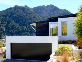 Aqua Nova - lake and mountain views, close to town - Queenstown vacation rentals