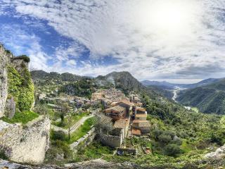 Au pied du château, entre ciel et terre - Gilette vacation rentals