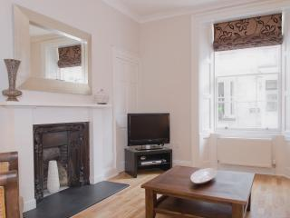 Chic 1 Bed Apartment in the City Centre, YS2 - Edinburgh vacation rentals