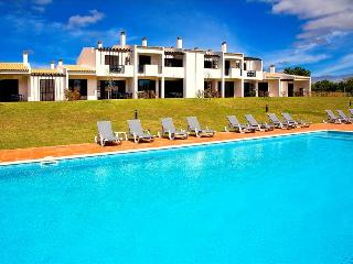 1 BEDROOM APARTMENT ONLY 1,5 KM FROM PRAINHA BEACH, IN A COMPLEX WITH POOLS OVERLOOKING THE GOLF COU - Alvor vacation rentals