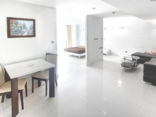 Spacious 2-bed in Pattaya Heights - Jomtien Beach vacation rentals