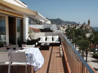 Sitges Views: luxury flat on the top floor with 50 m² terrace on the waterfront - Sitges vacation rentals