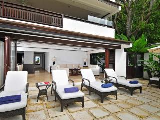 Classic, 2 bedroom villa with beautiful gardens and stunning sunsets - Paynes Bay vacation rentals