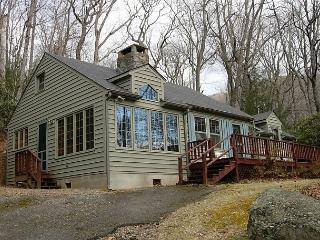 Perfect 2 bedroom Cabin in Montreat with Deck - Montreat vacation rentals