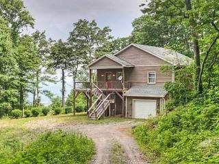 Charming 2 bedroom Swannanoa House with Deck - Swannanoa vacation rentals