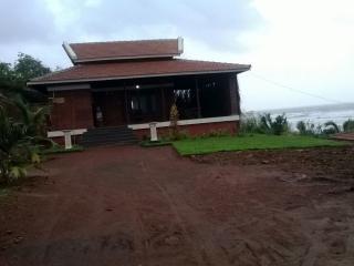 ONE ROOM IN BEACHFRONT VILLA IN GANPATIPULE - Alibaug vacation rentals