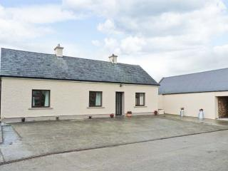 PEG'S COTTAGE, rural location, traditional decor, ground floor cottage near Ballyhahill, Ref. 917648 - Foynes vacation rentals