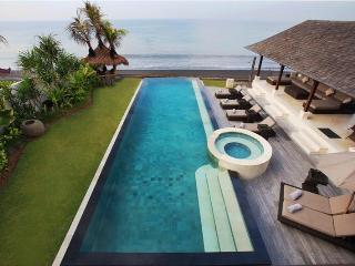 Villa Rosita, A Beachfront Villa with great view - Banjarangkan vacation rentals