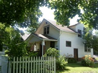 Cozy 2 bedroom Rockford House with A/C - Rockford vacation rentals