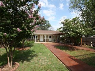 Le Bleu Bonnet Guesthouse - Fredericksburg vacation rentals
