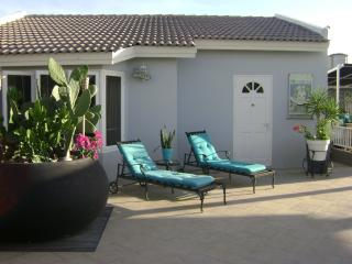 MODERN WORLD ARUBAPALM BEACH Private guesthouse. - Sierra Nevada vacation rentals