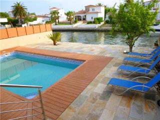 Bright 4 bedroom Empuriabrava Villa with Television - Empuriabrava vacation rentals