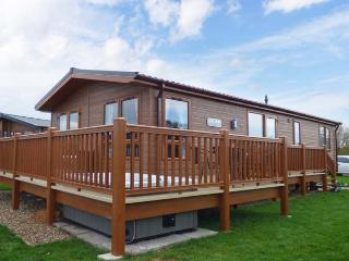 CASTLE VIEW LODGE, ground floor lodge with hot tub, lake views, en-suite, on-site faciltiies, near Tattershall, Ref. 916115 - Lincolnshire vacation rentals