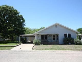 Bonar's Retreat 3 Beds / 2 Bath In Town Location - Fredericksburg vacation rentals